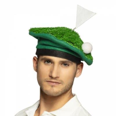 Grön hatt som ska föreställa en golfbana. På hatten finns även en golfboll och på toppen en golfflagga.