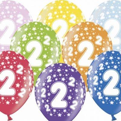 Färgglada ballonger med tryck på i nummer 2. Kommer i paket med 10 stycken i blandade färger. Till 2-års kalas.