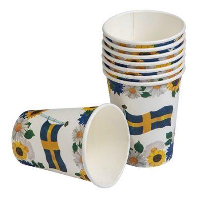 Somriga muggar med blommor och Sverigeflagga. Bjud på en somrig drink i dem här på midsommarfesten.