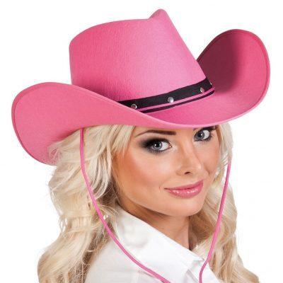Rosa cowboyhatt med svart smalt band. Cowboyhatten har snöre under hakan som även kan användas till att hänga cowboyhatten på ryggen.