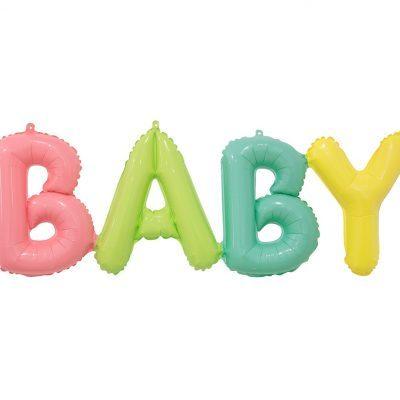 Ballonggirlang i folieballonger i texten BABY. Bokstäverna har färgerna rosa, grön, blå och gul. Passar till könsneutral Baby Shower. Girlangen storek är 85 cm lång när alla bokstäver är bredvid varandra.